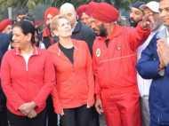 मिल्खा सिंह के साथ दौड़ीं कनाडा की 'गे' समर्थक मंत्री कैथलीन विन,  देखें वीडियो
