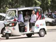 एक राजदूत जो सरकारी ड्राइवर वाले ऑटो रिक्शा में करता है सफर!