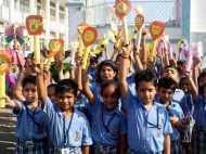 गर्मी से बेहाल दिल्ली, लेकिन बच्चों की सुध लेने वाला कोई नहीं