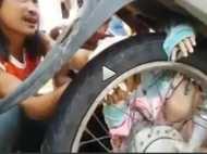 सबसे दर्दनाक वीडियो: एक्सीटेंड के बाद बाइक के टायर-रिम के बीच फंसा बच्चा