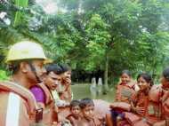 बाढ़ में फंसे लोगों को बचाने में जुटी NDRF का काम भी देखिये