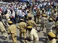 भाग नेता भाग! पुलिस की लाठी देख प्रदर्शन भूल भाग खड़े हुए नेताजी, Video वायरल