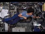 Video: जानें स्पेस में कहां सोते हैं, कैसे खाते हैं और कहां बाथरूम जाते हैं एस्ट्रोनॉट