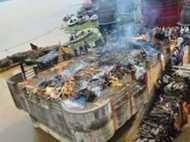 Pics: काशी में खतरे के निशान से ऊपर गंगा, छतों पर हो रहा है अंतिम संस्कार