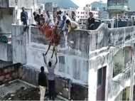 गुजरात: तीन मंजिला अपार्टमेंट पर चढ़ा सांड, रेस्क्यू में छूटा पसीना