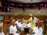 पंजाब विधानसभा में जोरदार हंगामा, कांग्रेस विधायक ने मंत्री मजीठिया पर फेंका जूता