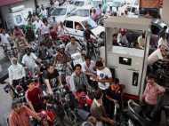 रूस ने चला ऐसा दांव, भागने लगे कच्चे तेल के दाम, भारत में भी महंगा हो सकता है पेट्रोल-डीजल