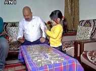 बैंक ने दिए 20 हजार रुपए के 10 के सिक्के, कंधे पर रखकर ले गया शख्स