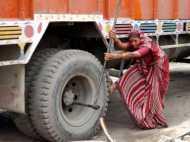 मिलिए भारत की पहली महिला ट्रक मैकेनिक शान्ति देवी से, मर्दों के क्षेत्र में गाड़ा झंडा