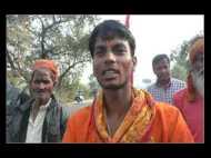 कलयुग का श्रवण कुमार , कई महीनों से कर  रहा पैदल पैदल यात्रा