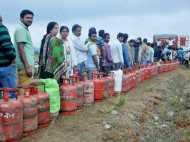 कालेधन के बाद अब LPG पर चोट, सरकार छीन सकती है गैस सब्सिडी