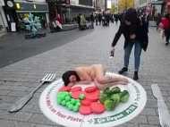 जब सड़क के बीचोंबीच बिल्कुल नग्न होकर लेट गई महिला और फिर...