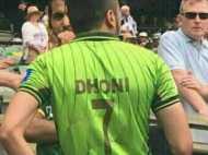 धोनी की जर्सी पहनकर अपनी टीम को चीयर करने पहुंचा ये पाकिस्तानी क्रिकेट फैन, सोशल मीडिया पर हंगामा