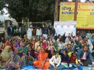 गोरखपुर: चर्चित गीता पाल रेप एंड मर्डर केस में ग्रामीणों ने घेरा जिलाधिकारी कार्यालय