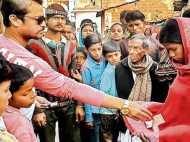 बिहार: गरीबी की वजह से पति ने की खुदकुशी, कफन के लिए पत्नी ने मांगी भीख