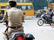 पुलिसवालों ने बिना हेलमेट के चलाई बाइक, तो जाएगी नौकरी