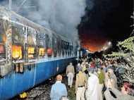 इलाहाबाद में स्टेशन पर खड़ी ट्रेन के डिब्बों में अचानक लगी आग, थम गई दर्जनों ट्रेनों की रफ्तार