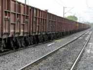 दरिंदों से खुद को बचाने के लिए रेलवे ट्रैक के किनारे दौड़ी लड़की, ट्रेन की चपेट में आने से मौत