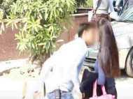 OMG!राह चलती लड़कियों को किस कर भाग जाता है ये लड़का, Video वायरल