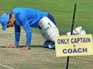 कप्तान हैं विराट लेकिन मैदान में 'कप्तानी' करते दिखते हैं महेन्द्र सिंह धोनी