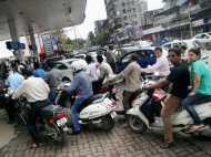 डेबिट कार्ड से पेट्रोल खरीदने पर नहीं लगेगा ग्राहकों और पेट्रोल पंप वालों पर टैक्स