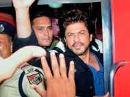 ट्रेन में सनी लियोनी के साथ थे शाहरुख, देखने वालों में मची भगदड़, एक व्यक्ति की मौत दो घायल