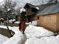 कश्मीर में हो रही है भारी बर्फबारी, कुपवाड़ा और बारामुला में बर्फीले तूफान का अलर्ट जारी