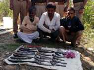 बांदा में पुलिस ने पकड़ा हथियारों का जखीरा, तीन गिरफ्तार