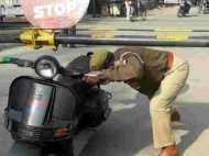 शाहजहांपुर: जान खतरे में डालकर कानून तोड़ रहा यूपी का दारोगा, देखिए तस्वीरें