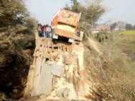 तस्वीरों में देखिए कैसे देखते-देखते रिस गया यूपी में अखिलेश के विकास का पुल