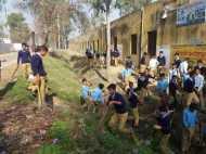 मेरठ: शिक्षा के मंदिर में बच्चों से करवाई गई मजदूरी, देखिए वीडियो