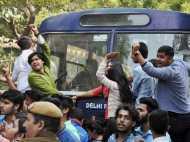 डीयू में जमकर बवाल: AISA और ABVP छात्र गुटों में हिंसक झड़प के बाद पुलिस का लाठीचार्ज