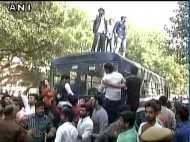 JNU छात्र उमर खालिद का निमंत्रण रद्द किए जाने पर बवाल, AISA और ABVP के छात्र भिड़े