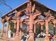 इस कब्र से जाता है जिन्नातों के मंदिर तक रास्ता, देखिए तस्वीरें...