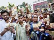 500 और 1000 रुपए के पुराने नोट बदलने की आज अंतिम तारीख, RBI के बाहर हंगामा