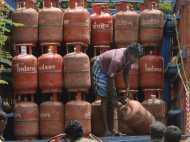 रसोई गैस हुई 5.57 रुपए महंगी, बिना सब्सिडी वालों को सरकार ने दी राहत