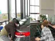 लड़की ने किया लगातार 50 घंटे तक किस, बदले में मिली चमचमाती हुई कार