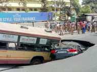 चेन्नई: अन्ना सलाई के पास अचानक धंस गई सड़क, समा गई बस और कार, देखें तस्वीरें