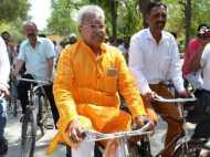 चुनाव हारने के बाद स्कूटर छोड़ साइकिल पर आ गए बीजेपी के दिग्गज नेता लक्ष्मीकांत बाजपेयी
