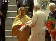 ट्रैफिक को बिना रोके पीएम मोदी पहुंचे एयरपोर्ट, बांग्लादेश की पीएम हसीना का किया स्वागत