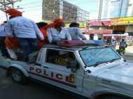 इलाहाबाद: कानून की उड़ी धज्जियां पुलिस जीप पर ही भाजपाइयों ने किया कब्जा, देखिए तस्वीरें