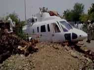 मुख्यमंत्री देवेंद्र फडणवीस के हेलीकॉप्टर की क्रैश लैंडिंग, बाल-बाल बचे सीएम