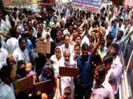 यूपी: बीजेपी विधायक ने कब्जाई जमीन, विरोध में सैकड़ों लोग सड़क पर उतरे