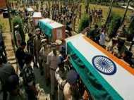 बेटा हो गया देश के लिए शहीद, माता-पिता का चेक दबाकर बैठ गए डीएम साहब