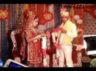शादी में वरमाला के लिए स्टेज पर ही भिड़ गए दूल्हा-दुल्हन, Video देख हंसते-हंसते लोट पोट हो जाएंगे