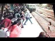 Video:फोन पर बात करते-करते ट्रेन के नीचे आ गई लड़की, लेकिन हुआ चमत्कार