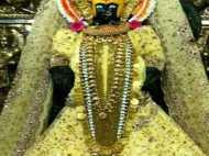 देवी महालक्ष्मी को घाघरा-चोली पहनाने पर भड़के भक्त, पुजारी ने दी सफाई