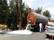 महाराष्ट्र सरकार से नाराज किसानों ने सड़कों पर बहाई दूध की नदी, VIDEO