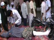 VIDEO: अस्पताल की ऐसी बदहाली कि मरीज का ठेले पर हो रहा है इलाज