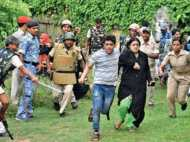 PICs: पुलिस और पब्लिक में हिंसक झड़प, इमामबाड़े की जमीन बनी झगड़े की वजह